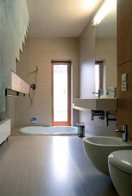 Koupelna se zapuštěnou vanou do podlahy