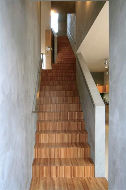 Na schodišti je nejlépe vidět, s jak úzkým prostorem se musel architekt potýkat
