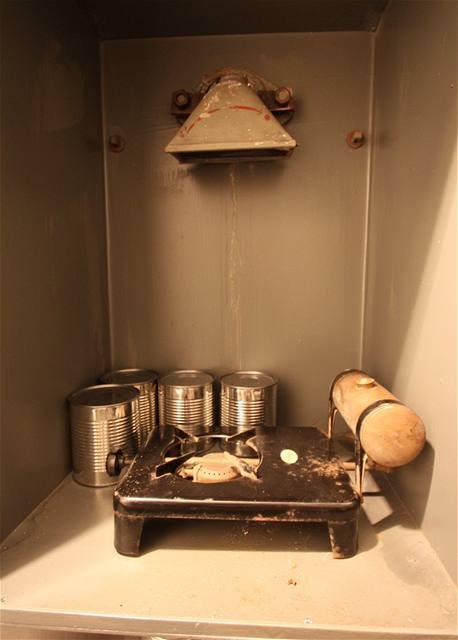 Skříňka s vařičem pro ohřev stravy v době boje