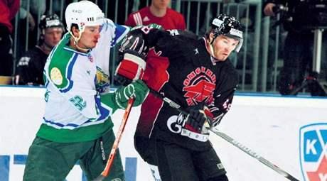 Jágr (vpravo) v souboji s Čermákem