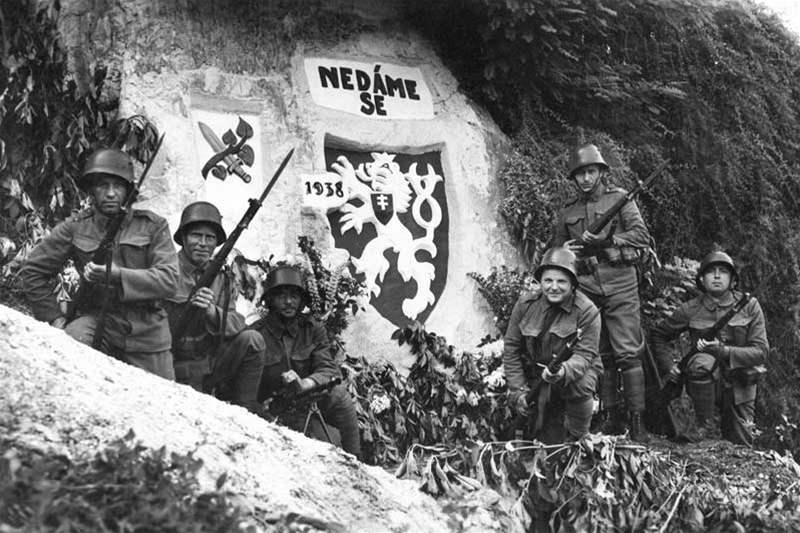 Československí vojaci pri svojom opevnení pred osudnými udalosťami