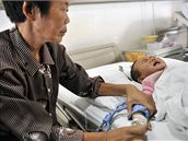V číně onemocněly stovky dětí po požití kontaminovaného mléka.