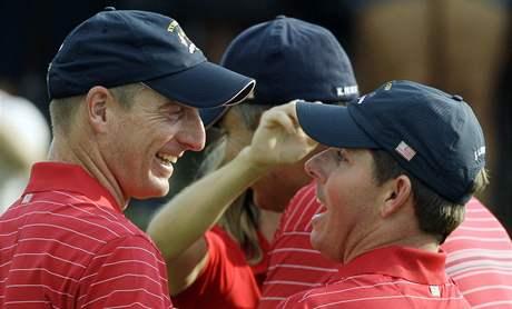 Američtí golfisté Jim Furyk (vlevo) a Justin Leonard se radují z vítězství v Ryder Cupu.