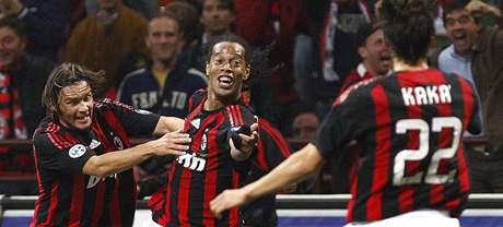 Hráči AC Milán se radují z gólu do sítě Interu; zleva: Jankulovski, Ronaldinho a Kaká
