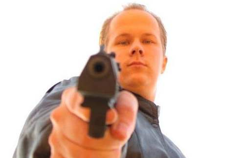 Mladík z Kauhajoki zachycený na fotografii, kterou používal v internetových diskusích o zbraních.