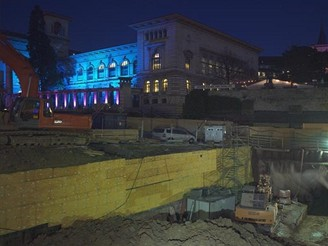 Noční pohled na staveniště - budoucí stanice Riponne