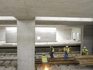 Svařování a řezání kolejnic ve stanici Vennes