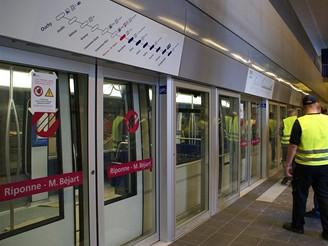 Prostor nástupiště je oddělen skleněnými dveřmi