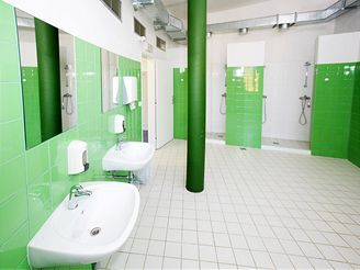 Sprchy u tělocvičny