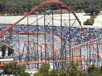 Horská dráha Goliath v zábavním parku Six Flags Magic Mountain v Kalifornii, USA