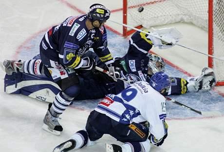 Gól! Liberecký kapitán Jaroslav Modrý před brankovištěm neuhlídal Viktora Ujčíka a Vítkovice vedly v Liberci 4:0.