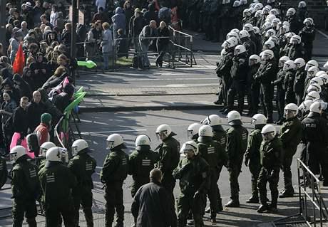 Policisté během demonstrace v Kolíně (20. září 2008)