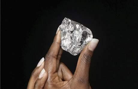 Objevený drahokam patří s téměř 500 karáty mezi největší podobné objevené diamanty vůbec.