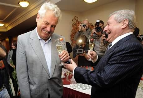 Miroslav �louf s Milo�em Zemanem (vlevo) na oslav� narozenin.