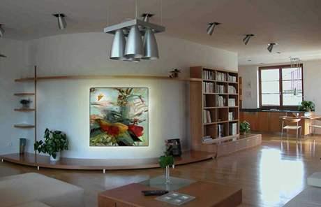 Výrazné barvy dobře doplňují světlý interiér