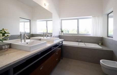 V koupelnách vládne šedobílá, umyvadla byla osazena na mramorovou desku