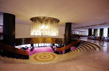 Dva z mnoha impozantních symbolů hotelu - schodiště a lustry