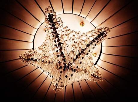 České sklo zde fascinuje - lustr v kruhovém salónku před kinosálem