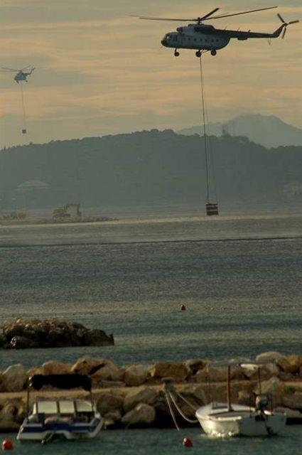 Chorvatské hasičské vrtulníky při požáru u Makarské