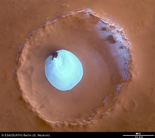 Mars Express kráter s vodním ledem