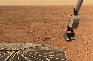Jeden z prvních snímků okolí Phoenixu na Marsu