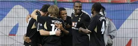 Hráči Tottenhamu oslavují gól v síti Wisly Krakov