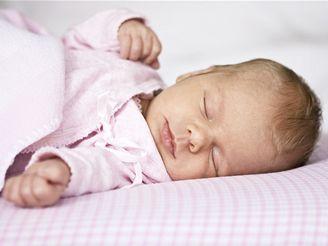 Nemoc často začíná již v kojeneckém věku, ale ani pozdější výskyt choroby není vzácností.