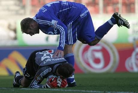 Žižkovský gólman Peter Bartalský chytil na Slavii spoustu šancí, ale nakonec osudově chyboval.
