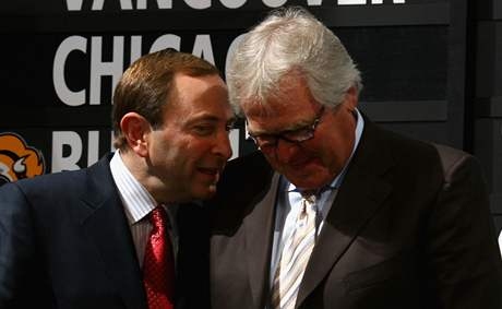 Gary Bettman (vlevo) a Glen Sather