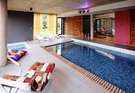 Vnitřní bazén doplňuje prostor pro cvičení a sauna