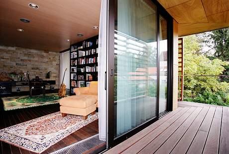 Knihovna a hudební místnost současně má přímý  výstup na terasu