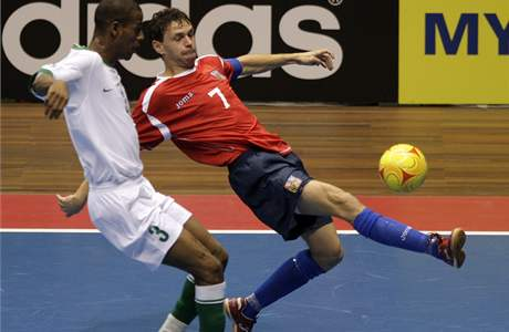 Česko - Libye (futsal): Martin Dlouhý (vpravo) v souboji s Abdulem Wahedem Mohamedem