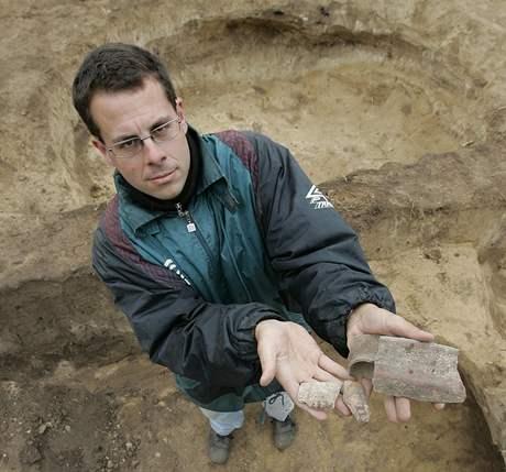 Jiří Kála s úlomky moravské malované keramiky z 4000 let před našim letopočtem