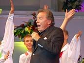 Karel Gott zpívá na koncertě k 80. výročí souboru Alexandrovci