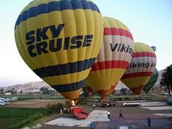 Egypt. Vyhledávanou atrakcí je let balonem nad Nilem