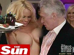 Nahá Pamela Andersonová a oslavenec Hugh Hefner, majitel časopisu Playboy; 2008.