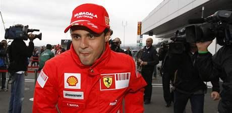 Felipe Massa utiká před zájmem fotoreportérů po Velké ceně Japonska.