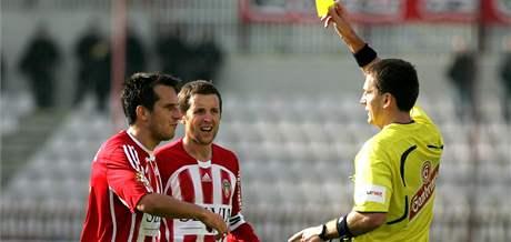Žižkovský Vozábal (vlevo) dostává žlutou kartu