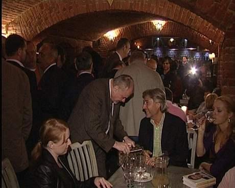 Bohumír Ďuričko na křtu Paroubkovy knihy. (muž sedící u stolu)