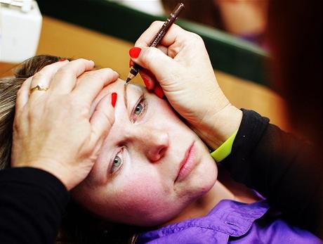 Permanentní make-up - vykreslení budoucího obočí tužkou