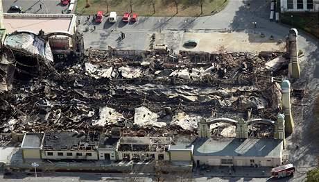Levé křídlo Průmyslového paláce na Výstavišti zcela zničil požár (foto ze 17. října 2008)