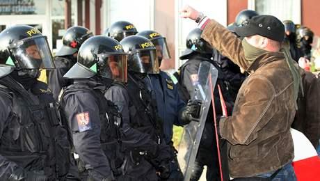 Extremista provokuje policisty
