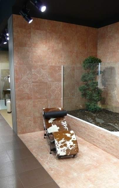 K nejatraktivn�j��m dekor�m u RAKO pat�ila s�rie Gobelino p�ipom�naj�c� pro�lapan� persk� koberec