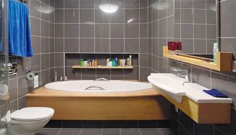 Pánská koupelna působí čistým, nadčasovým dojmem