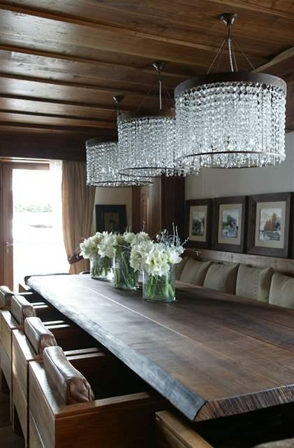 Velký rodinný stůl je určen pro 16 lidí