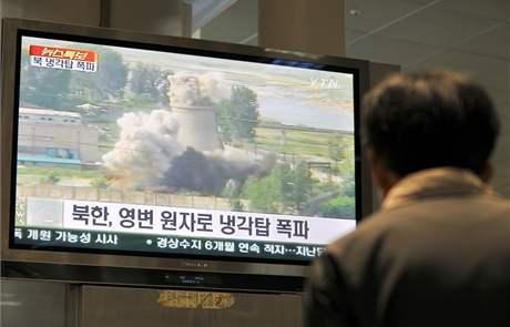 Odstřelování chladící věže reaktoru sledoval svět v červnu s nadějí.