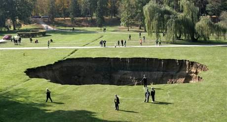 Ve Stromovce se opět propadla část louky (12. října 2008)