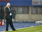 Karel Brückner od postranní čáry vede rakouské fotbalisty v kvalifikačním utkání se Srbskem.