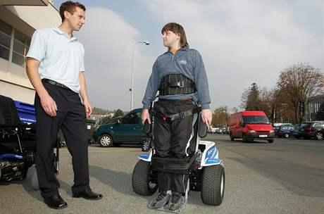 Vozík pro golfisty. Na snímku vozíčkář Milan Lužný z Havířova vlevo a Tomáš Hajský z firmy Otto Bock