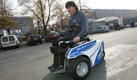 Vozík pro golfisty. Na snímku vozíčkář Milan Lužný z Havířova
